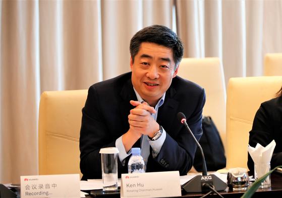 후허우쿤(胡厚崑) 화웨이 CEO가 18일(현지시간) 전 세계 언론과 기자간담회를 열었다. [사진 화웨이]