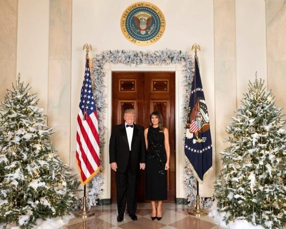 트럼프 대통령과 멜라니아 여사의 지난 2017년 크리스마스 공식 사진. [사진 백악관]