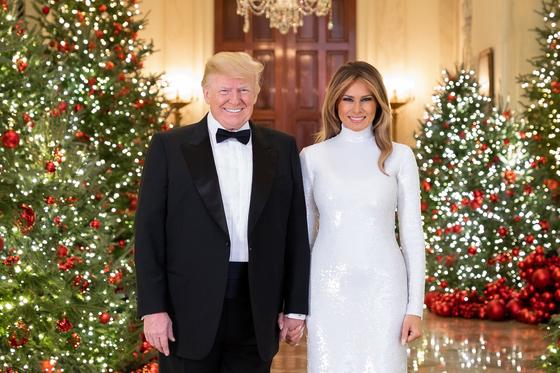 도널드 트럼프 미국 대통령과 부인 멜라니아 여사가 백악관에서 지난 15일 촬영한 크리스마스 공식 사진을 17일(현지시간) 공개했다. [사진 백악관]