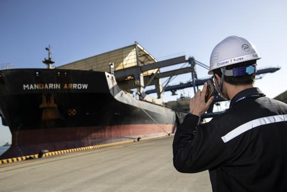 3만5000톤급 벌크선에 실려 온 동정광(분말형태로 정제된 동광석)은 컨베이어 벨트를 통해 공장으로 운반된다. 김현동 기자