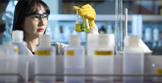 분석실의 연구원이 금을 액체로 만들어 순도를 분석하고 있다. 분석을 마친 용액은 다시 공장으로 돌아간다. 김현동 기자