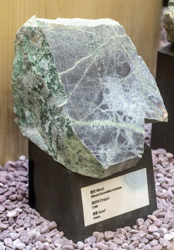사내 전시실에 마련된 동광석 표본. 한국에는 동광석을 정제해 분말 형태로 만든 동정광이 수입된다. 김현동 기자