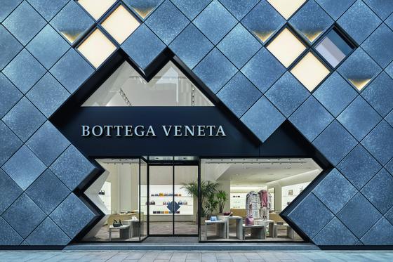 지난 6일 일본 도쿄에 아시아 최대 규모의 보테가 베네타 플래그십 스토어가 문을 열었다. 건물 외벽엔 은빛 금속 패널을 사용해 브랜드의 상징인 '인트레치아토' 패턴을 표현했다. 같은 날 신임 크리에이티브 디렉터 다니엘 리의 첫 번째 컬렉션도 처음 공개됐다.