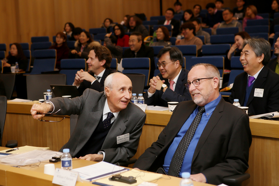 14일 연세대 콘퍼런스에 참석한 패널들이 토론을 하고 있다.