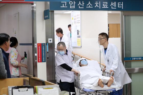 18일 강원 강릉시 경포 아라레이크 펜션에서 수능시험을 끝낸 서울 대성고 3학년 남학생 10명 중 3명이 숨지고 7명이 의식을 잃는 사고가 발생했다. [연합뉴스]