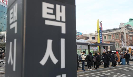 20일 오전 서울역 택시승강장에서 출근길 시민들이 택시를 기다리고 있다. [뉴스1]