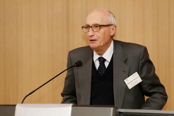살바토레 제코키 의장이 기조연설을 하고 있다.