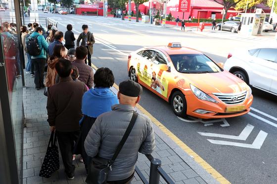 택시업계 종사자들이 24시간 운행중단을 하며 파업을 실시한 18일 오전 서울(서부)역 택시승강장에서 시민들이 택시를 기다리고 있다. 장진영 기자