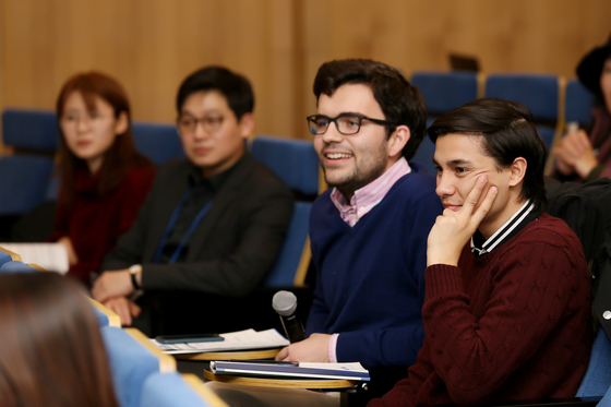 청중들이 14일 열린 연세대 글로벌 기업자정신 에코시스템 토론을 듣고 있다.