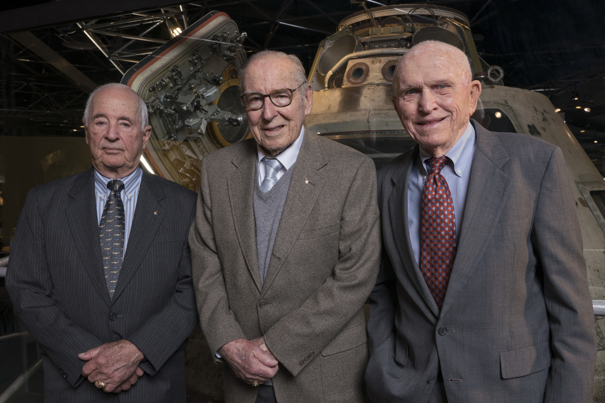 2018년 4월 5일에 촬영한 아폴로 8호의 우주비행사 3인. 왼쪽부터 윌리엄 앤더스, 제임스 로벨, 그리고 프랭크 보르만. (J.B. Spector/Museum of Science and Industry, Chicago via AP)