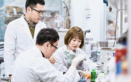 글로벌 첨단 시설을 갖춘 대웅바이오센터에서 대웅제약 연구원들이 신약 개발을 위한 연구를 하고 있다.