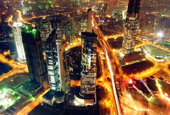 상하이 푸둥의 야경. 중국 경제는 개혁개방 40년간 연평균 9%가 넘는 고속성장을 해왔다. [중앙포토]
