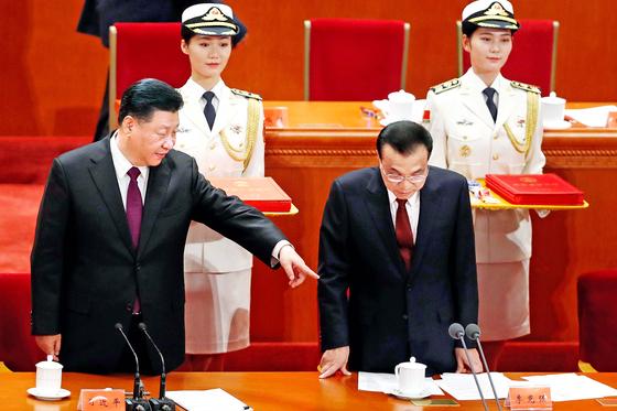 """시진핑 중국 국가주석(왼쪽)이 지난 18일 열린 '개혁·개방 40주년 경축대회'에서 리커창 총리와 대화하고 있다. 시 주석은 '패권을 추구하지 않겠다""""고 천명했지만 외부 세계는 중국의 의도를 의심한다. [EPA]"""