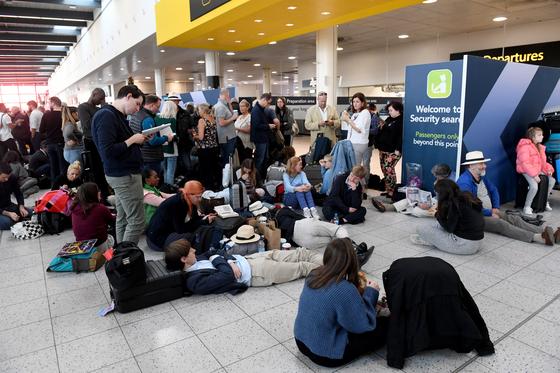20일(현지시간) 영국 개트윅 공항 활주로에서 드론이 발견돼 항공기의 공항 이착륙이 금지되면서 승객 1만여명이 공항 내에 묶이고 이날만 11만명의 공항 이용에 차질을 빚고 있다. [EPA=연합뉴스]