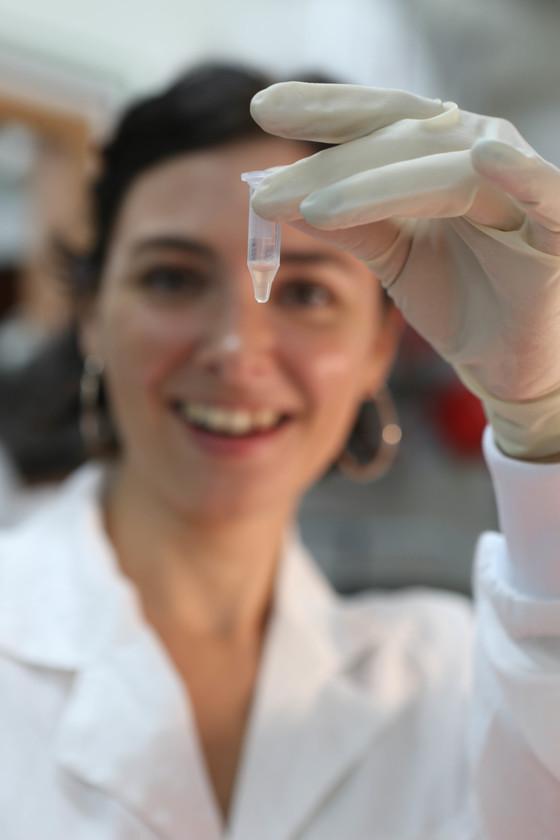 와이즈만 연구소 뇌과학연구실의 연구원이 실험용 쥐의 혈청을 살펴보고 있다. 세계 5대 기초과학연구소인 와이즈만 연구소는 기술이전을 위해 1959년 예다라는 자회사를 설리배 지식재산권으로 방대한 수익을 벌어들이고 있다. [중앙포토]