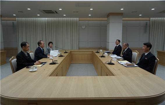 남북 보건 당국이 12일 개성 남북공동연락사무소에서 보건의료 실무회의를 열고 있다. [사진 보건복지부 제공]