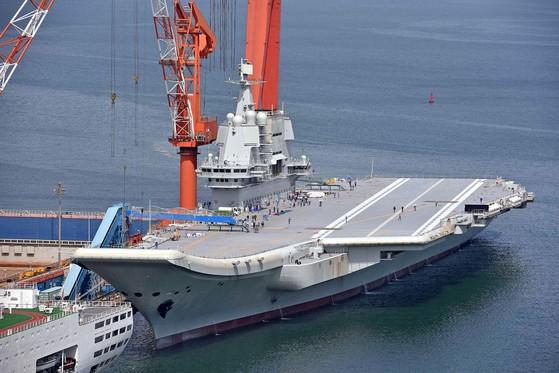 중국의 첫 자국산 항공모함(001A함)이 랴오닝성 다롄조선소 부두에 정박해 있다.      [연합뉴스]
