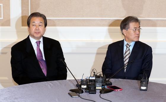 지난 2015년말 선거법 협상을 벌이던 문 대통령과 당시 김무성 새누리당 대표. [중앙포토]