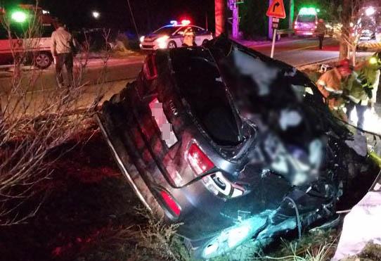 20일 오후 6시 4분께 강원 화천군 화천읍 육군 모 부대 인근 460번 국도에서 승용차가 도로 옆 가로수를 들이받고 넘어져 있다. 이 사고로 4명이 숨지고 운전자가 다쳤다. [춘천소방서 제공]
