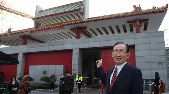"""황병태 전 주중대사는 """"40년 전 중국의 개혁·개방은 덩샤오핑의 위대한 결단이었다""""고 평가했다. 반쯤 열린 주한중국대사관의 붉은 대문처럼 중국은 죽의 장막을 걷고 세상으로 나와 부유해졌다.   오종택 기자"""