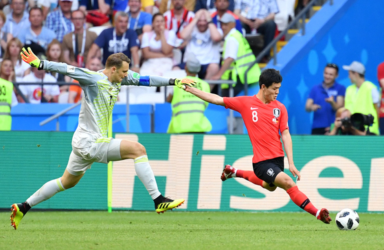 러시아월드컵 독일전에서 상대 골키퍼 마누엘 노이어가 갖고 있던 공을 가로채 길게 패스를 시도하는 주세종(오른쪽). 이 공은 손흥민에게 연결돼 쐐기골로 이어졌다. [연합뉴스]