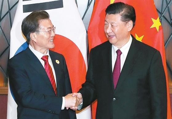 문재인(왼쪽) 대통령과 시진핑 주석이 지난해 12월 중국 베이징에서 악수하고 있다. [청와대 사진기자단]