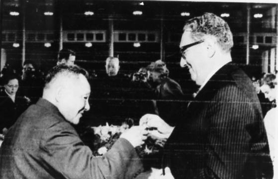 덩샤오핑(왼쪽) 중국 부총리가 방중한 헨리 키신저 미국 국무장관과 건배하고 있다.     [중앙포토]