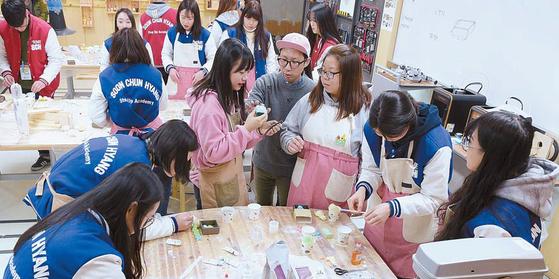 순천향대 재학생이 방과후 학습 프로그램(ASP)의 일환으로 자유창작실에서 직접 설계한 시제품을 제작하고 있다. [사진 순천향대]