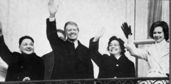 덩샤오핑(왼쪽)의 1979년 미국 방문은 78년 12월 시작된 개혁-개방이 돌이킬수 없는 흐름이란 사실을 대내외에 보여줬다. 지미 카터(왼쪽 둘째) 대통령 내외와 손을 흔드는 덩샤오핑 내외.   [중앙포토]
