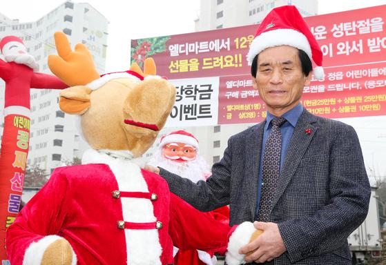 오는 25일 크리스마스를 앞두고 전남 장흥과 전북 정읍 지역 아이들에게 줄 선물을 준비하는 엘디마트 안정남 대표. 프리랜서 장정필