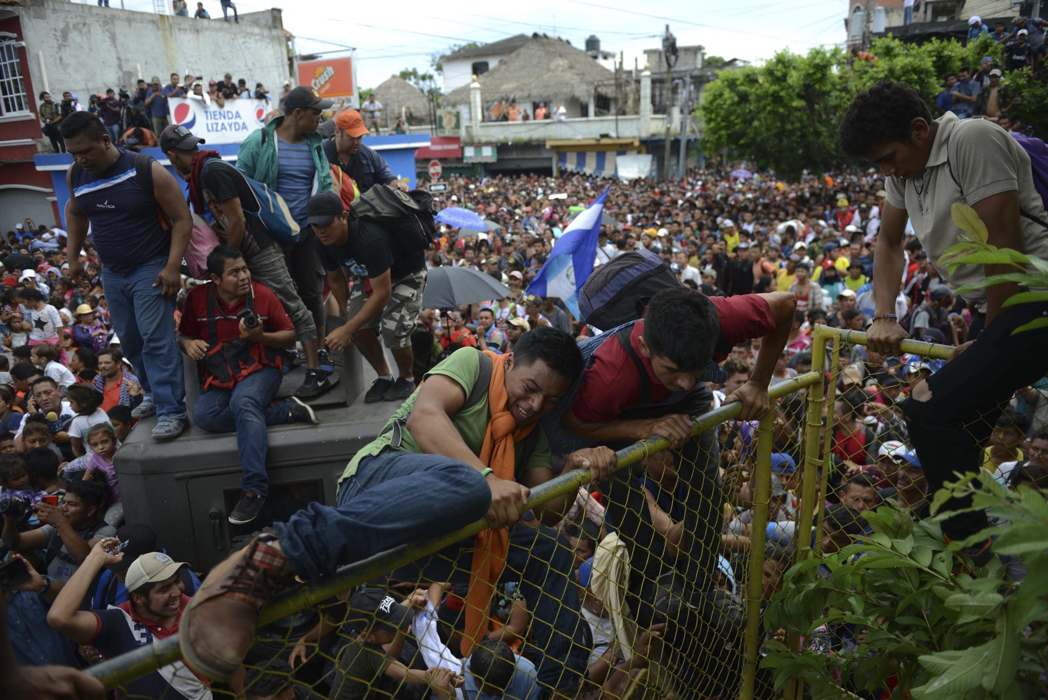 전쟁과 자연재해로 인해 늘어난 난민. 난민 문제는 아시아와 아메리카로 전방위 확산했다. 사진은 온두라스에서 탈출해 미국으로 향하는 캐러밴. [AP = 연합뉴스 자료사진]