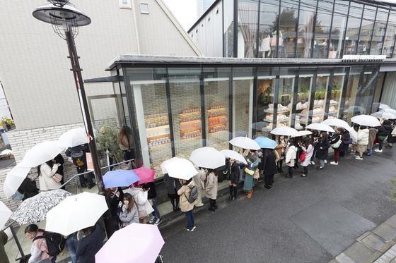 카카오프렌즈 도쿄점 개점을 기다리는 현지 소비자들. [사진: 카카오IX]