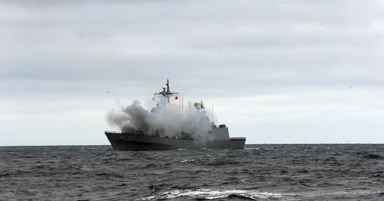 2014년 20일 동해상 훈련에 참가한 해군 구축함 광개토대왕함에서 주포인 127㎜ 함포를 발사하고 있다. [중앙포토]