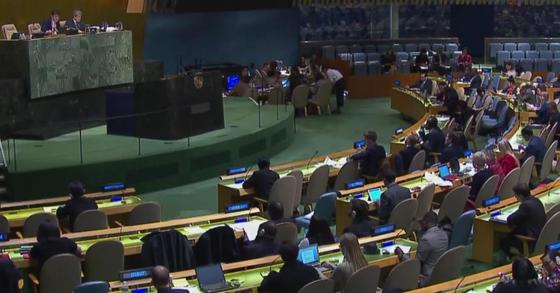 유엔은 19일(현지시간) 뉴욕 유엔본부에서 총회를 열어 북한의 인권침해를 규탄하고 즉각적인 개선을 촉구하는 북한인권결의안을 채택했다. 유엔의 북한인권결의안 채택은 2005년 이후 13년째다. [사진 유엔웹TV 캡처]