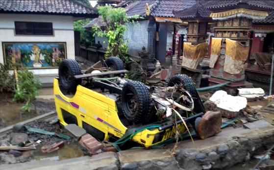 인도네시아 순다 해협 인근 마을에 쓰나미가 닥쳐 차량이 뒤집혀 있다. [EPA=연합뉴스]