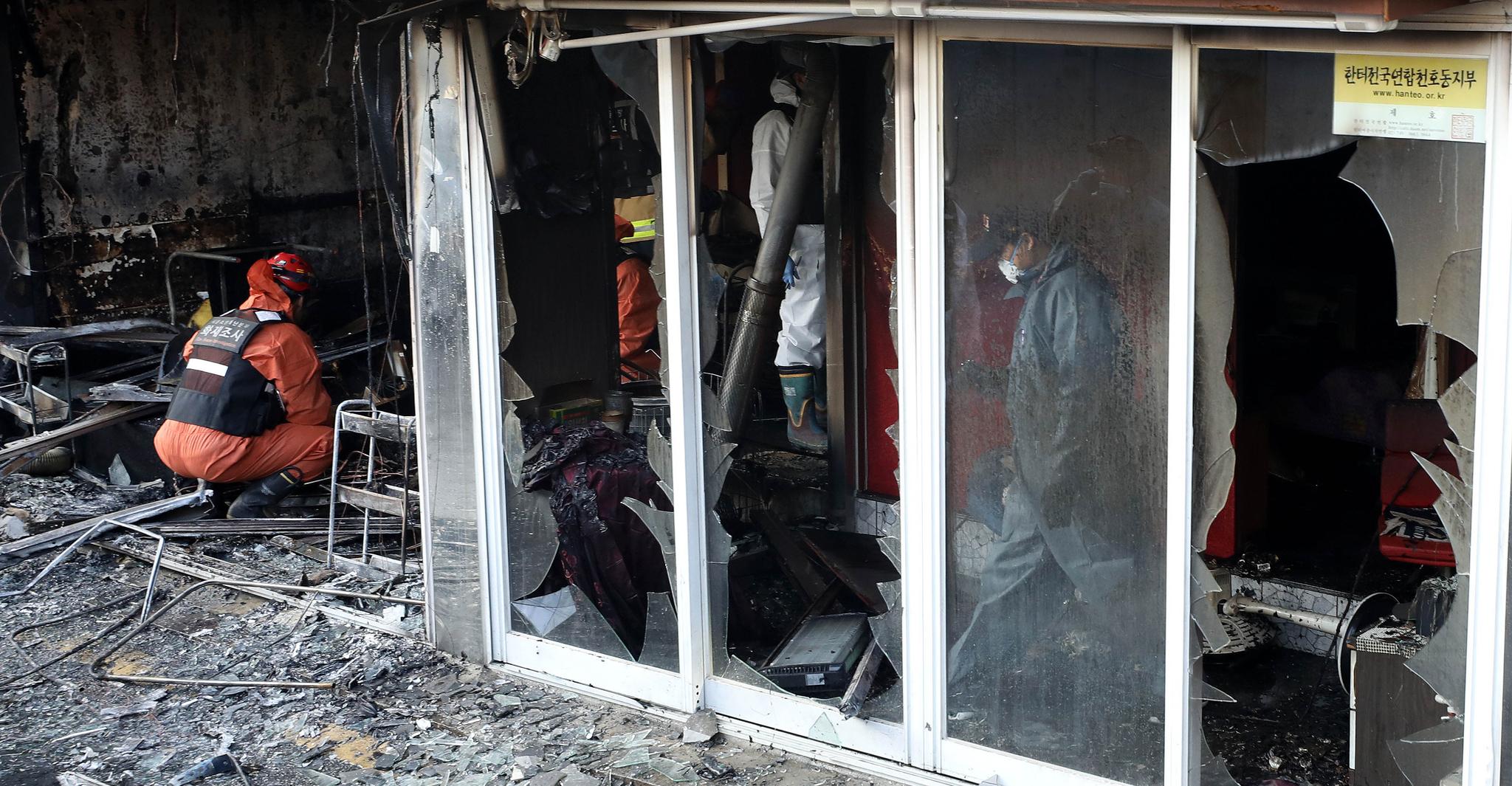 22일 오전 11시 4분쯤 서울 강동구 천호동의 한 성매매업소 건물에서 불이 나 건물 내부를 태우고 16분 만에 진화됐다. 이 불로 2층에 있던 여성 6명이 구조돼 병원으로 이송됐으나 2명이 숨졌다. 사진은 이날 오후 사고 현장 모습. [뉴시스]