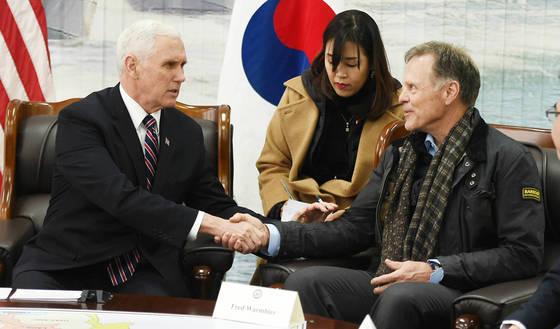 마이크 펜스 미 부통령이 지난 2월 경기 평택 해군 2함대에서 오토 웜비어의 아버지 프레드 웜비어를 만나 위로하고 있다. 펜스 부통령은 북한 인권에 집중해 북한을 비판하는 역할을 맡아왔다. [뉴시스]