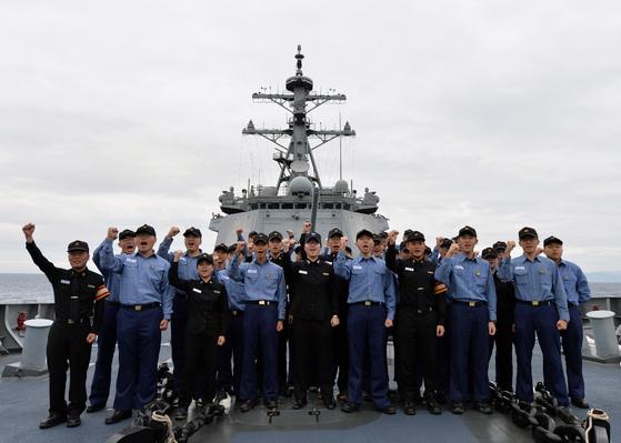 지난 21일 세종대왕함 장병들이 임무 완수 뒤 제주 군항에 입항하기 전 기념촬영을 하고 있다. [해군 제공]