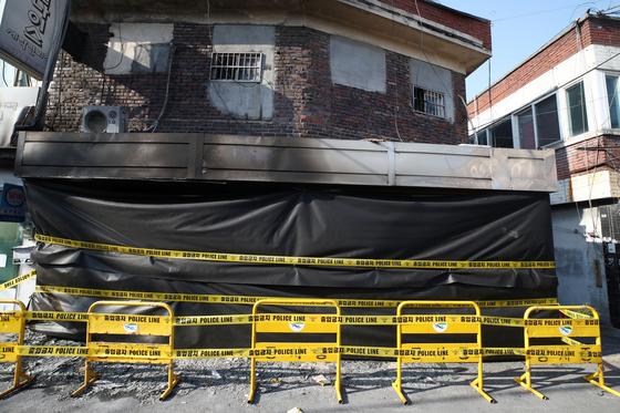 23일 오후 서울 강동구 천호동 성매매업소 화재현장의 모습. 전날 오전 건물 1층에서 불이 나 내부를 태우고 16분 만에 진화됐으나 2층에 있던 여성 2명이 숨졌다. [연합뉴스]