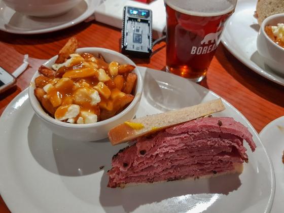 몬트리올 플라토 지역의 '더 메인델리'에서 먹은 스모크드 미트(smoked meat)와 푸틴(왼쪽). 저스틴 트뤼도 국무총리가 단골로 삼을 만큼 유명한 가게다. 박사라 기자.