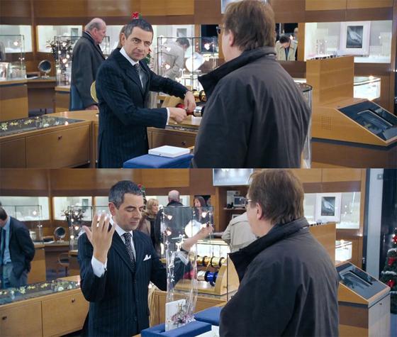 미스터 빈으로 알려진 영국의 코미디언인 로언 앳킨슨이 주얼리 코너 직원으로 등장해서 금목걸이를 포장하는 장면. [사진 영화 화면 캡쳐]