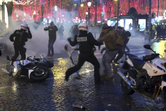 경찰관이 총을 겨누기 전 일부 시위대가 경찰을 향해 집기를 던지는 등 과격 행동을 보이자 경찰관들이 스프레이 등을 쏘는 등 양측이 충돌했다. [AP=연합뉴스]