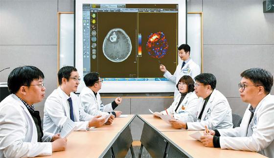 아주대병원 뇌종양센터는 주 1회 신경외과·방사선종양학과·영상의학과·병리과·종양혈액내과 등의 전문가들이 모여 환자별 맞춤 치료 계획을 논의한다. 김동하 기자