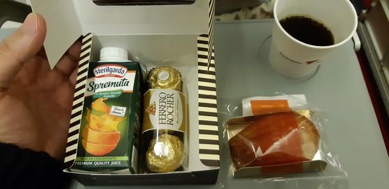 50인승 소형항공기에서 제공해 준 앙증맞은 간식과 커피. 제주까지 2만 원대 요금이었다. [사진 박헌정]