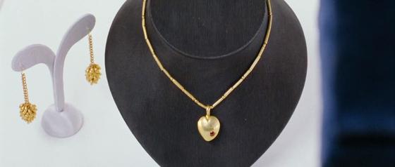 주얼리코너에서 남편이 여자친구의 크리스마스 선물로 고른 하트모양의 펜던트가 달린 금목걸이. 하트모양의 펜던트에는 붉은 보석도 세팅되어 있다. [사진 영화 화면 캡쳐]