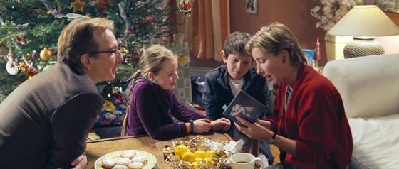설레는 마음으로 크리스마스 선물 포장을 풀었으나 금목걸이가 아닌 CD를 보는 아내. 금목걸이는 여자친구인 미아의 것임을 깨닫는다. [사진 영화 화면 캡쳐]