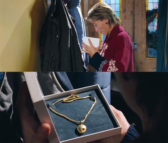 남편의 주머니 속에 금목걸이가 들어있는 것을 보고 설레는 마음으로 선물을 기다리는 아내. [사진 영화 화면 캡쳐]