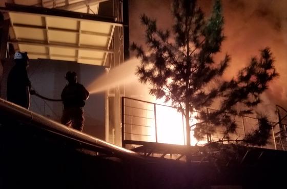 지난 22일 오후 5시30분쯤 강원 삼척시 근덕면 궁촌리 태양광 발전설비 에너지저장장치(ESS)에서 화재가 발생, 119대원들이 불을 끄고 있다. [연합뉴스]
