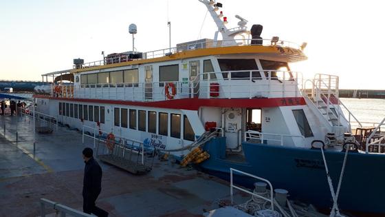 24일 오후 4시22분쯤 침수 피해를 입은 블루레이1호가 제주 서귀포시 대정읍 운진항에 입항하고 있다. [뉴스1]