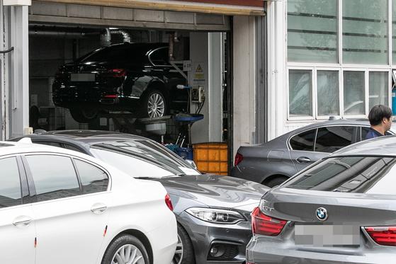 BMW 서비스센터가 리콜 대상 차량들로 붐비고 있는 모습 [뉴스1]
